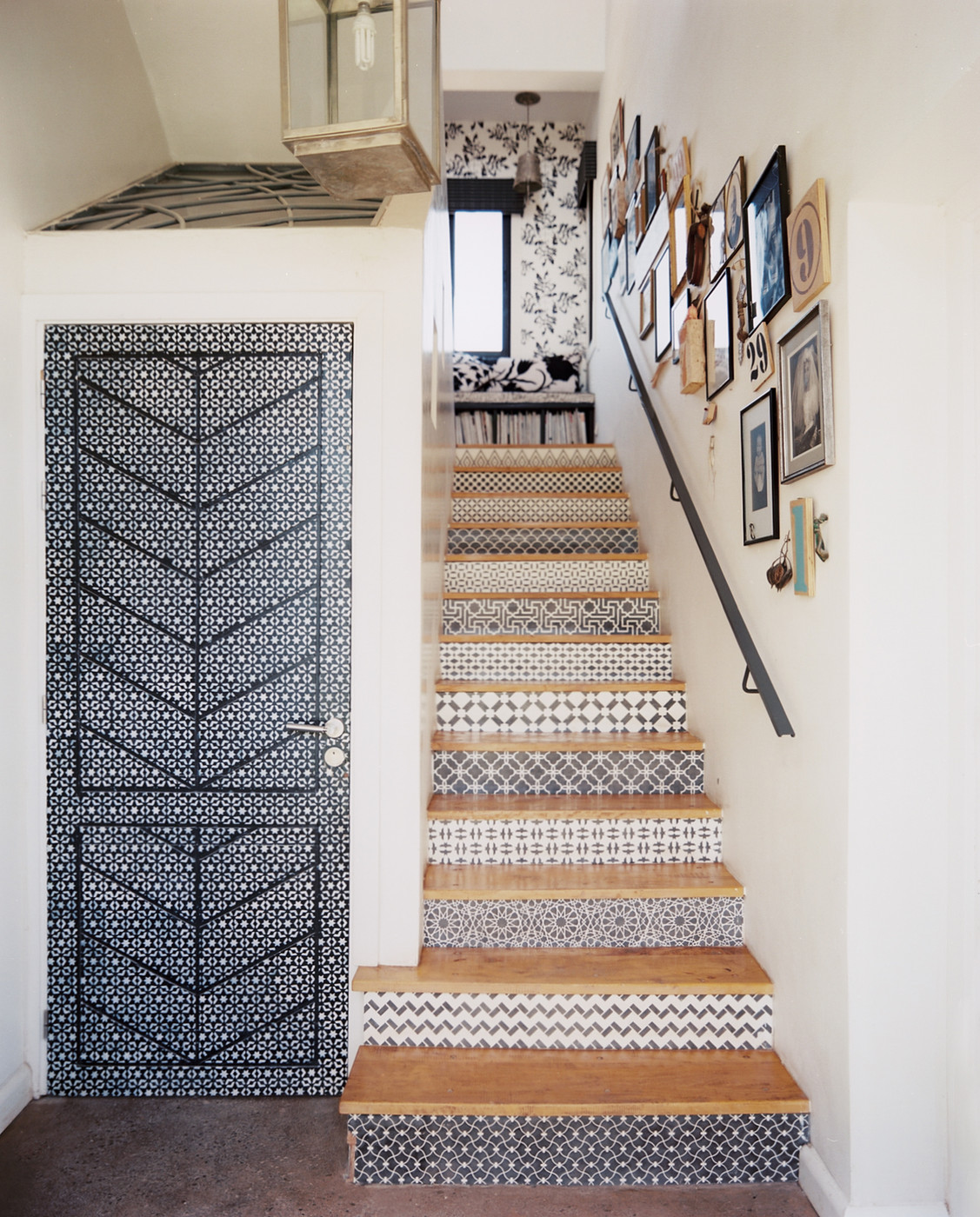 Wallpapered stair risers do it yourself projects lonny - Idees deco ...