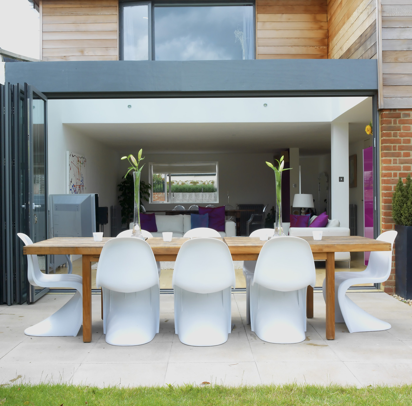 Modern white patio outdoor patio design ideas lonny for Modern outdoor dining chairs