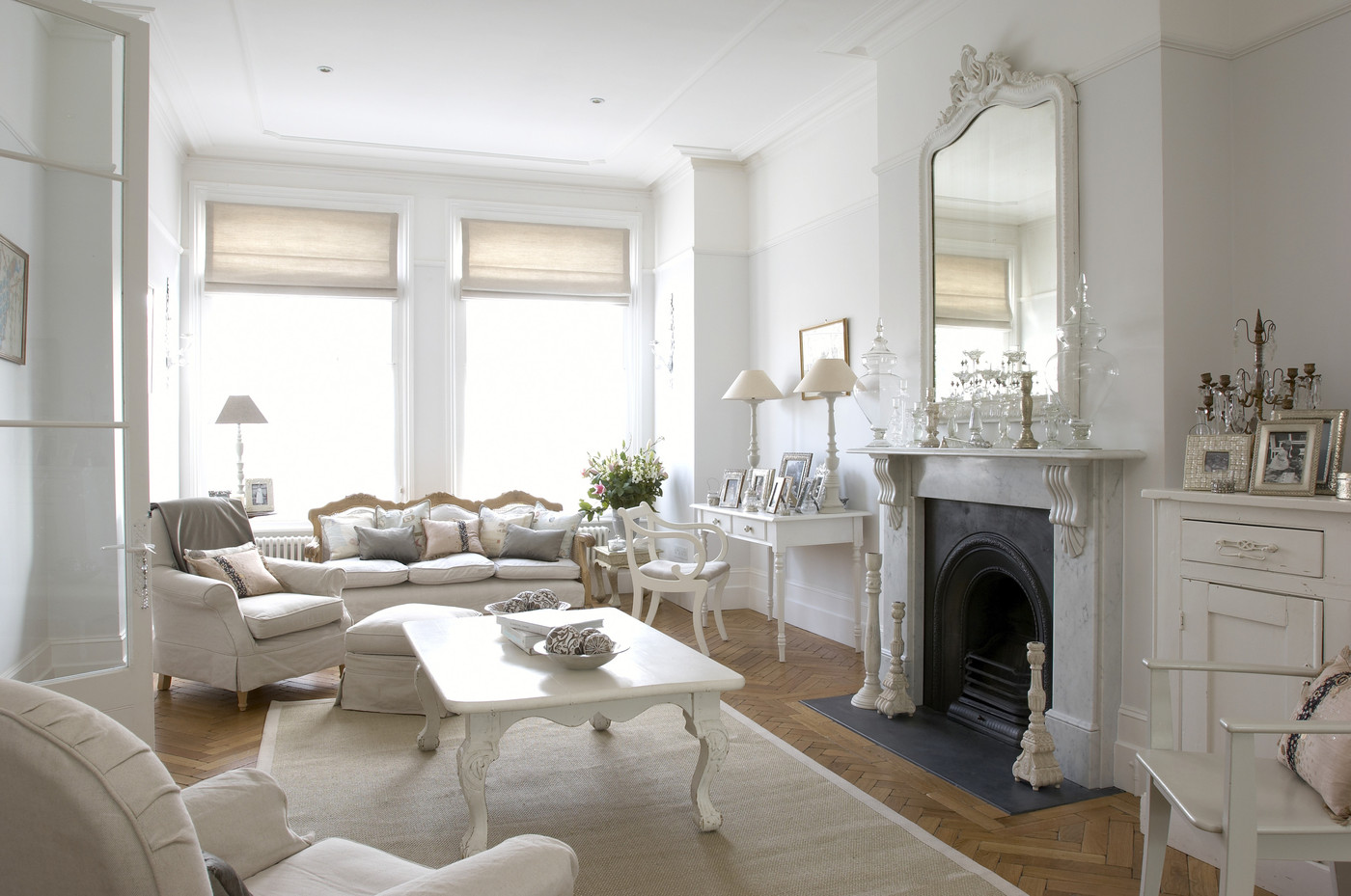 White traditional living room living room design ideas for Meuble anglais paris