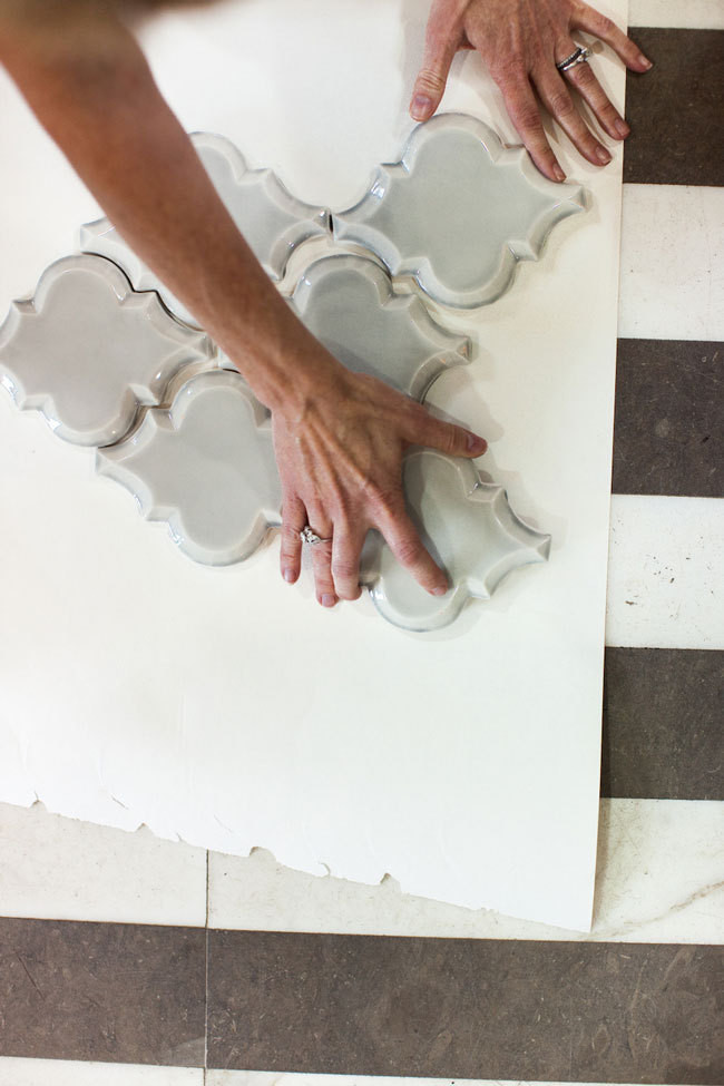 An arabesque wall tile in action.