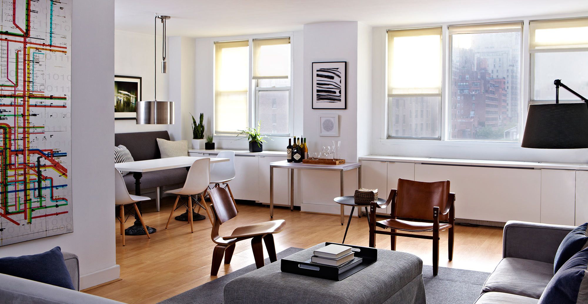 An inviting new york city bachelor pad home tour lonny for Interior design firms nyc