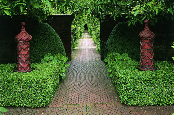 Four Essentials for an English-Style Garden in Any Space
