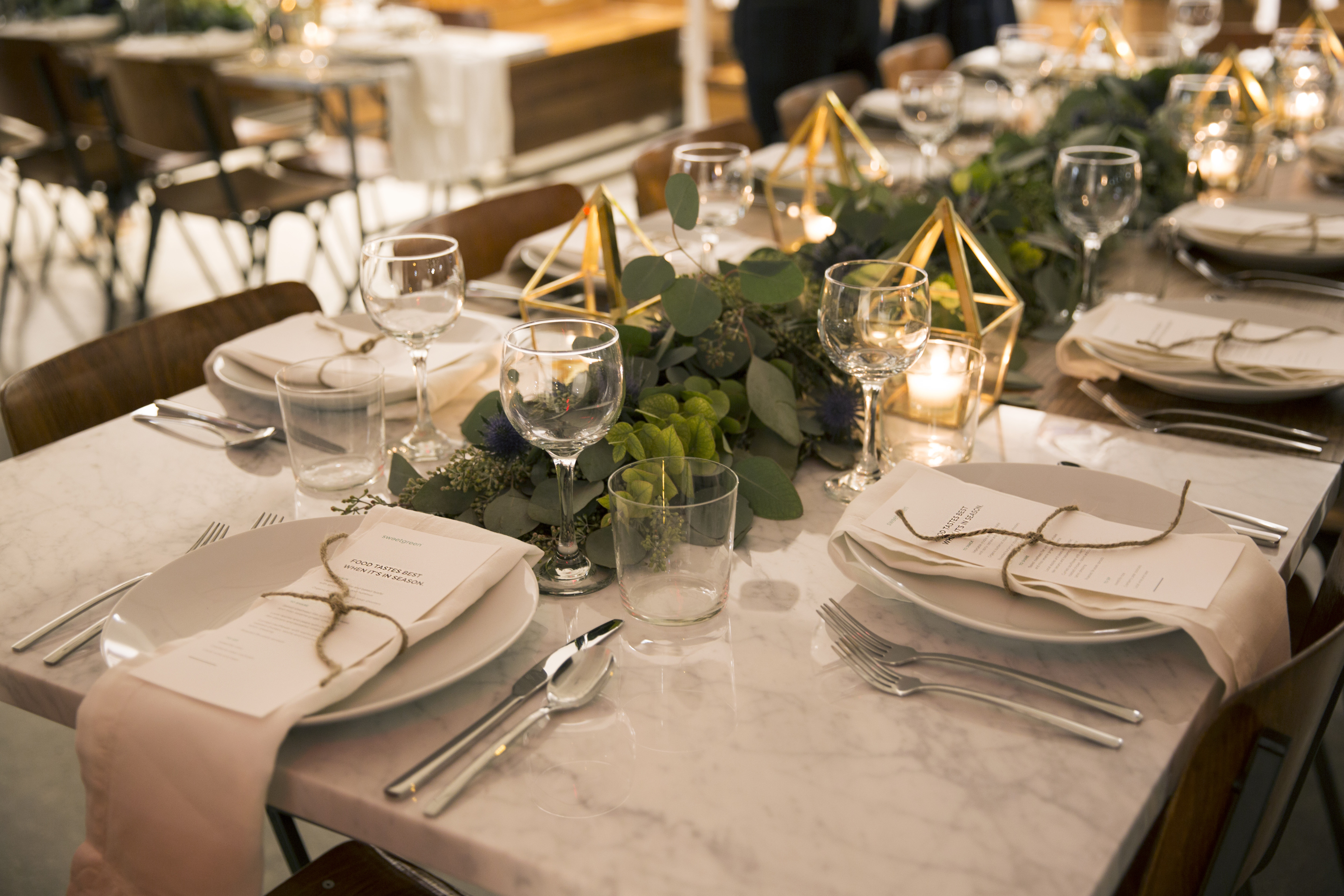 Modern restaurant table setting - How To Host A Modern Rustic Dinner Party