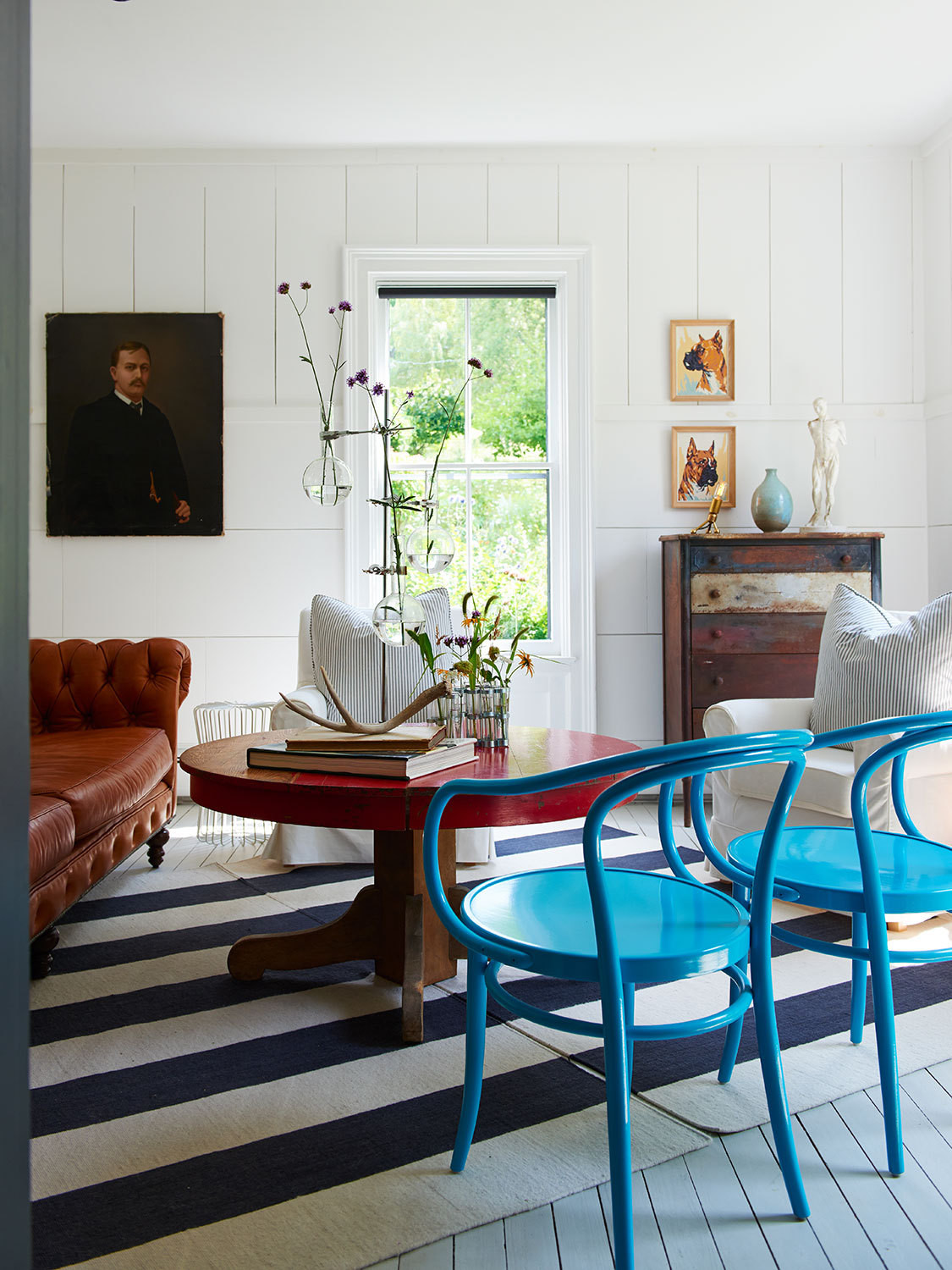 Primary hues and antique furnishings mix seamlessly in the living room.